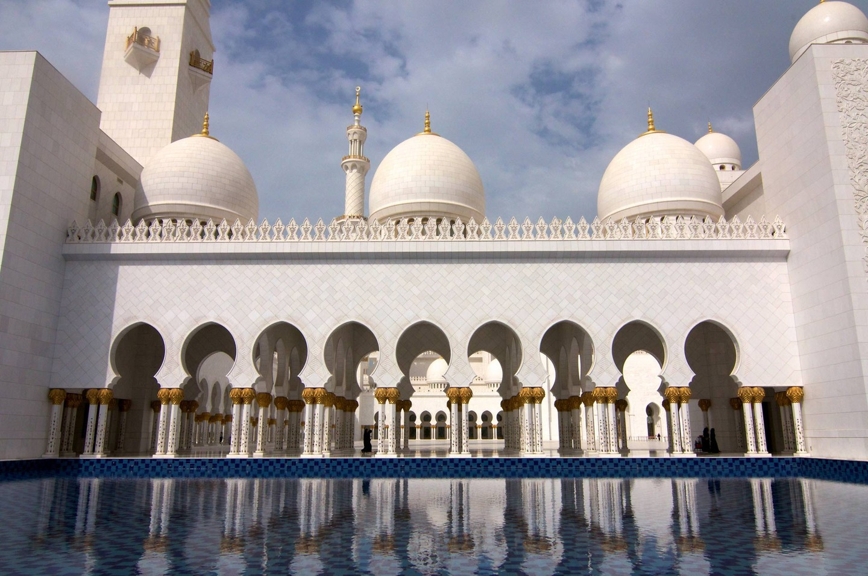 Джамията Шейх Заед в Абу Даби е най-голямата джамия в Обединените Арабски Емирства и 8-мата по големина в света.