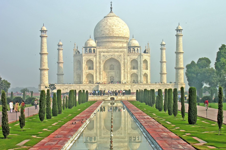 Построен от моголския владетел Шах Джахан в памет на любимата му съпруга Мумтаз Махал през 1632 г.