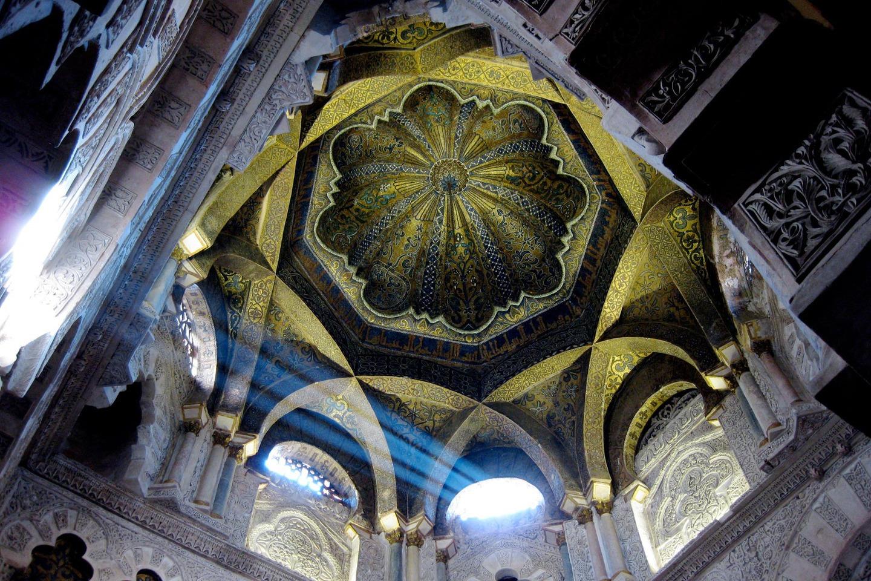 Този средновековна ислямска джамия от 784 г. се превръща в Римска католическа катедрала през 1236 г. Тя е едно от най-известните произведения на мавританската архитектура.