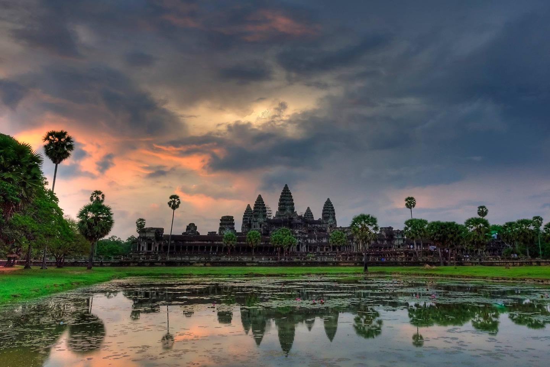 Ангкор Ват е най-големият индуистки, а впоследствие будистки, храмов комплекс в Камбоджа и е най-големият религиозен паметник в света.