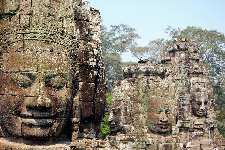 Построен през 12 век и вероятно последният храм, издигнат в Ангкор. Неговата най-отличителната черта са множеството усмихнати лица върху кулите в центъра.