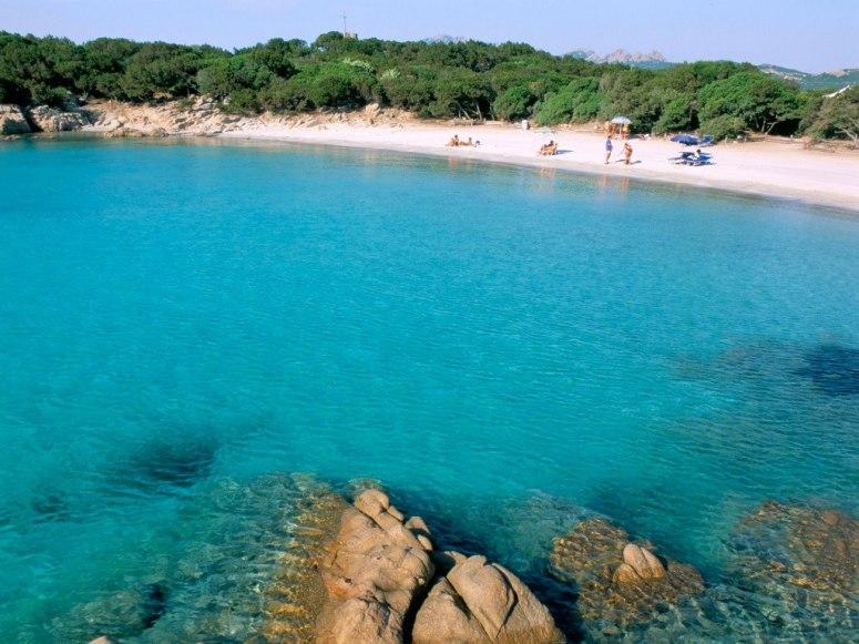 Cala di Volpe се намира на остров Смералда, който е един от най-живописните и скъпи острови. Плажът е известен с бермудско синята си вода и обаятелния резорт Hotel Cala di Volpe зад него.