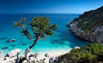 Един от най-популярните плажове в Италия - малък, красив, с варовикови скали и невероятно синьо море.