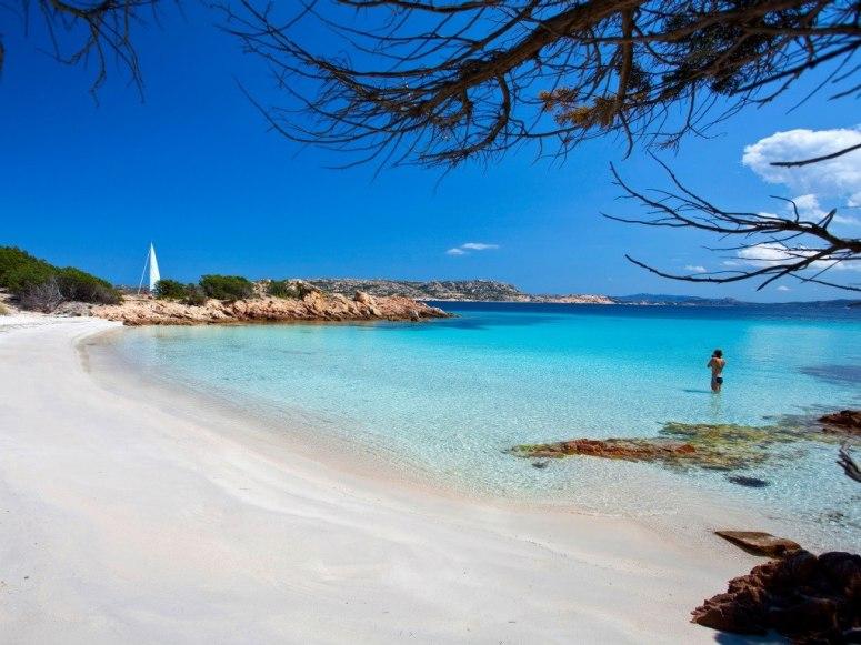 Cala Granara лесно може да бъде сравнен с някой таитянски плаж - ситен пясък, палми и буйни островни растения. Плитките тюркоазени води са перфектни за гмуркане с шнорхел.