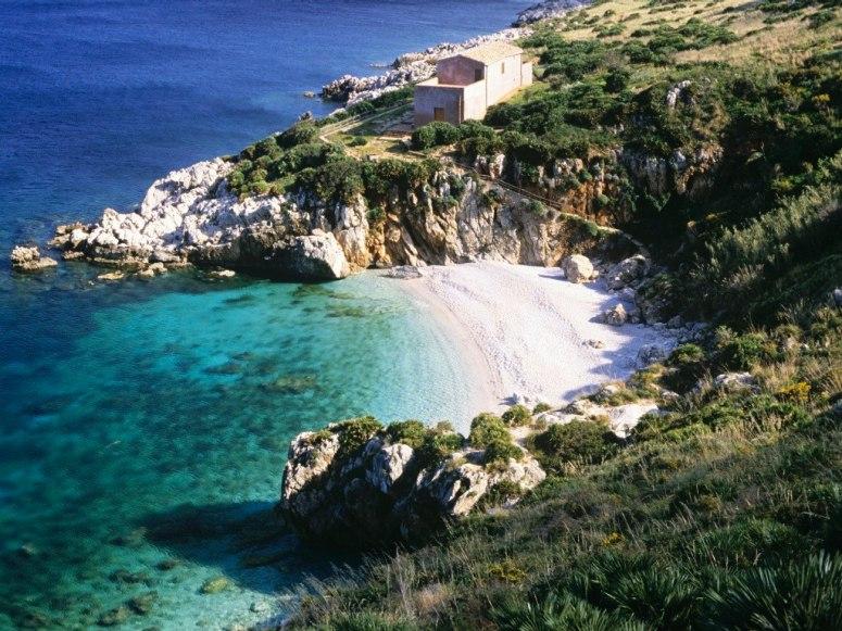 Сицилия присъства във всички класации за плажове в Италия и лесно можете да разберете защо - Cala Marinella е очарователен залив с бели пясъци, сгушен в ниските скали.