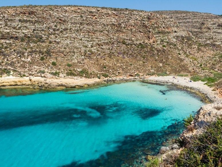 Живописният Cala Pulcino се намира в Лампедуза. За да стигнете до него, трябва да повървите 30 минути през скали и гъста растителност, но си заслужава заради удоволствието, което ще ви предостави.