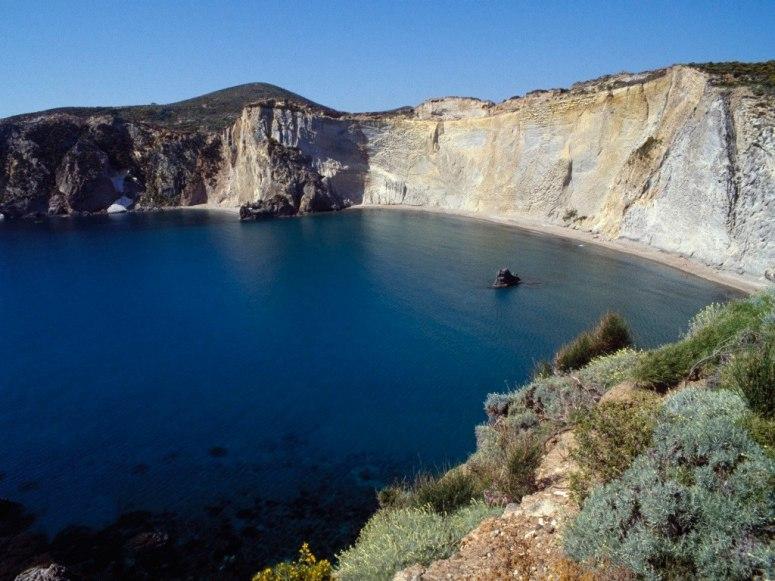 Това е тесен полумесец от копринен пясък в основата на внушителна 328-метрова вулканична стена, която също е извита в полумесец. Оттам идва и името на плажа.