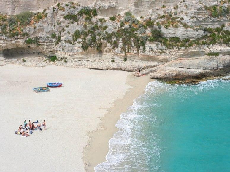 Перлата на Калабрия се намира в градчето Tropea. Marasusa Beach е популярен с живописните си скали, девствения бял пясък и спокойните и ясни води.