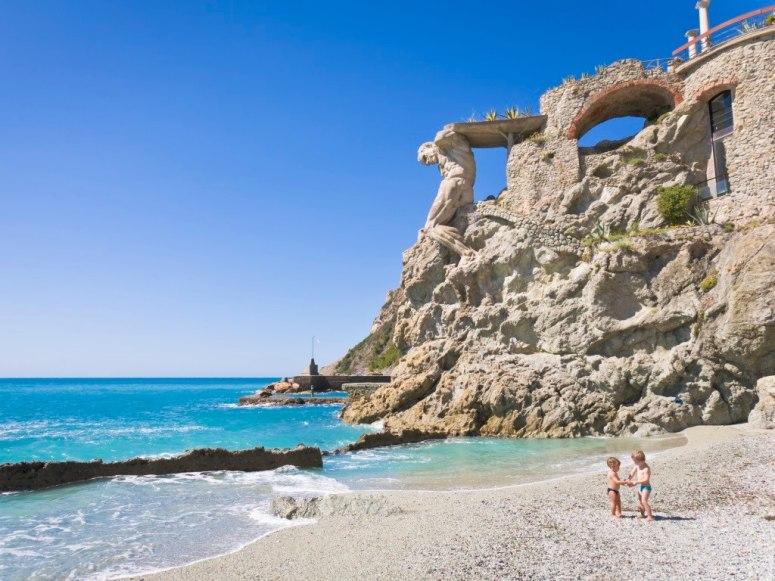 Този плаж е част от Cinque Terre и може да се окаже доста претъпкан през летните месеци, но това не го прави по-малко красив. Плажът Монтеросо ал Маре е изглед към Лигурско море, а зад него има красива пешеходна алея.