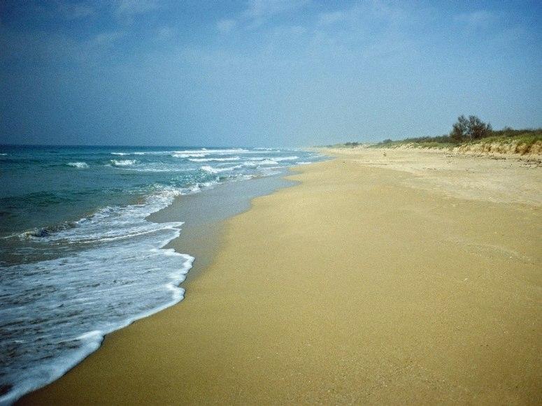 Известен е със своята девственост, пясъчни дюни и красотата на Йонийско море. Не е популярна туристическа дестинация, което го прави още по-стойностен за ценителите.
