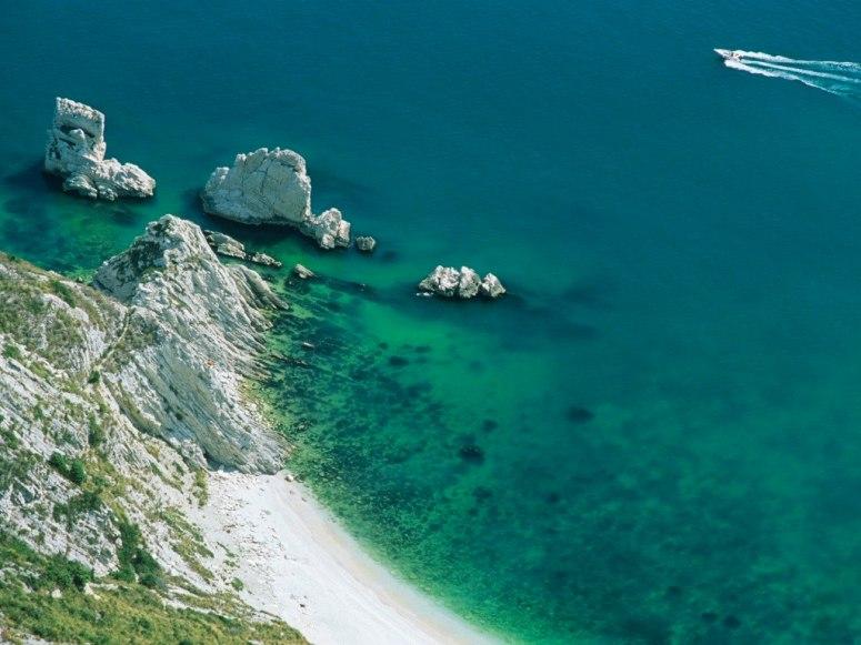 Намиращ се на Riviera del Conero, този уединен плаж е достъпен само със специален транспорт или лодка, наета от Porto Numana. Брегът е съставен от фини, бели камъчета, които водят към поразително, изумрудено зелено море.