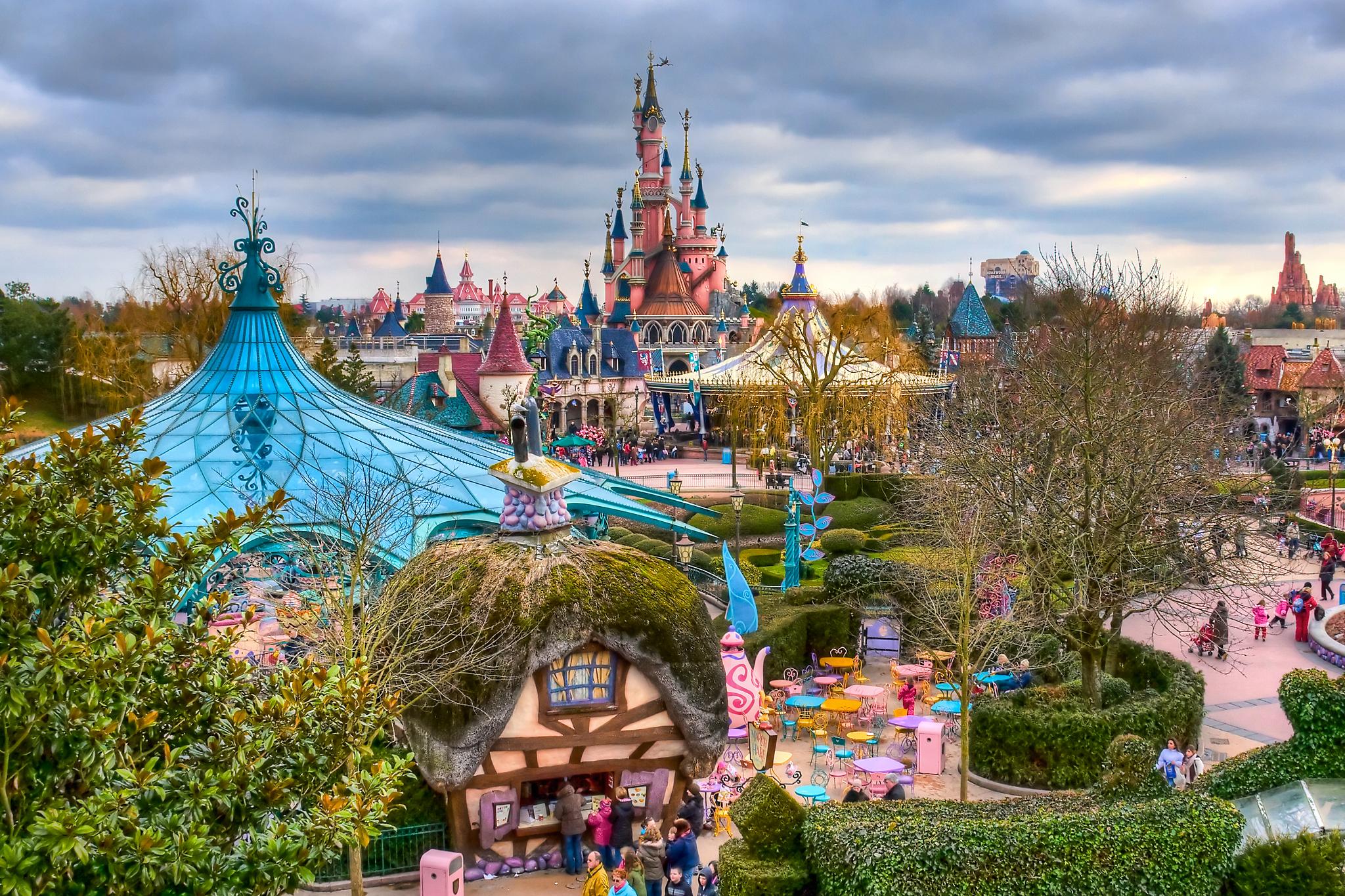 Дисниленд Париж има два тематични парка: Дисниленд (със замък) и Walt Disney Studios.