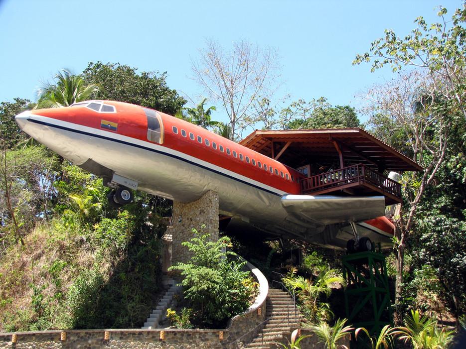 """Хотел Costa Verde е изработен от един стар Boeing 727 от 1965 г., транспортиран е до джунглата, и е поставен така че да изглежда като """"приземен"""" сред върховете на дърветата."""