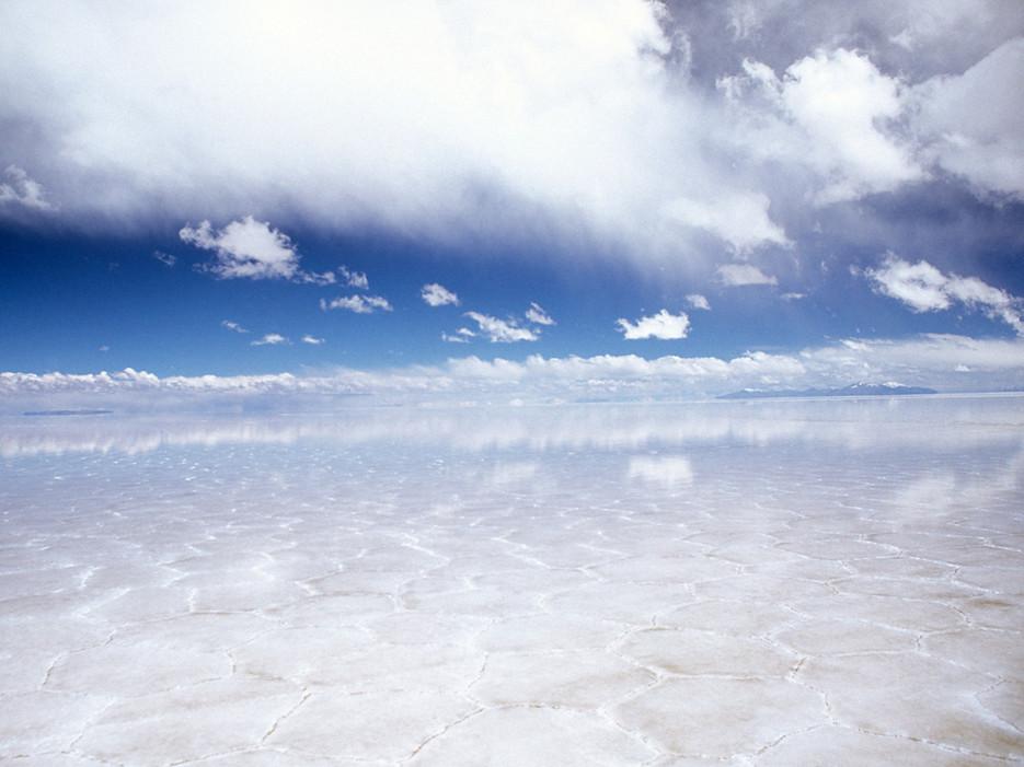 Солница, съдържаща 10 милиарда тона сол и обхваща над 4000 квадратни километра.