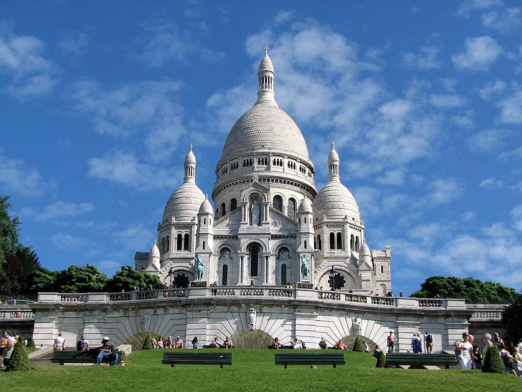 В най-високата точка на Париж се намира базиликата, в която е най-голямата камбана, тежаща 19 тона.