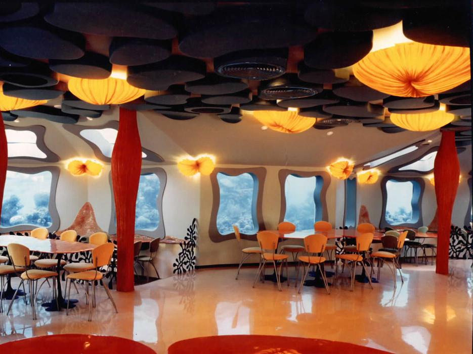 5 метра под Червено море се намира този ресторант. Поглеждайки през един от 62-та прозорци, ще видите сиви змиорки, костенурки и други.