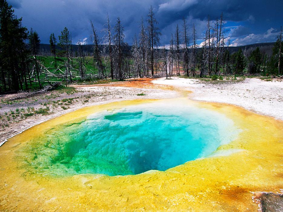 Morning Glory Pool е разположен в северния край на Националния парк Йелоустоун. Множеството монети са променили цвета му, но все пак е запазил своя брилянтен оттенък.
