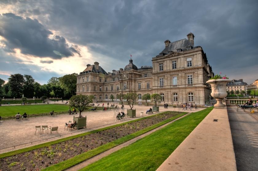 Латинският квартал на Париж се намира на левия бряг на Сена, около Сорбоната и е дом на много висши учебни заведения.