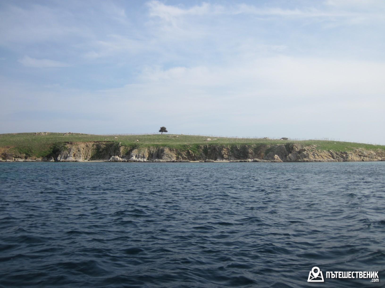 Тези причудливи форми и красиви брегове са от малките необитаеми островчета в непосредствена близост до Амуилияни – Магарешките острови, както ги наричат местните.