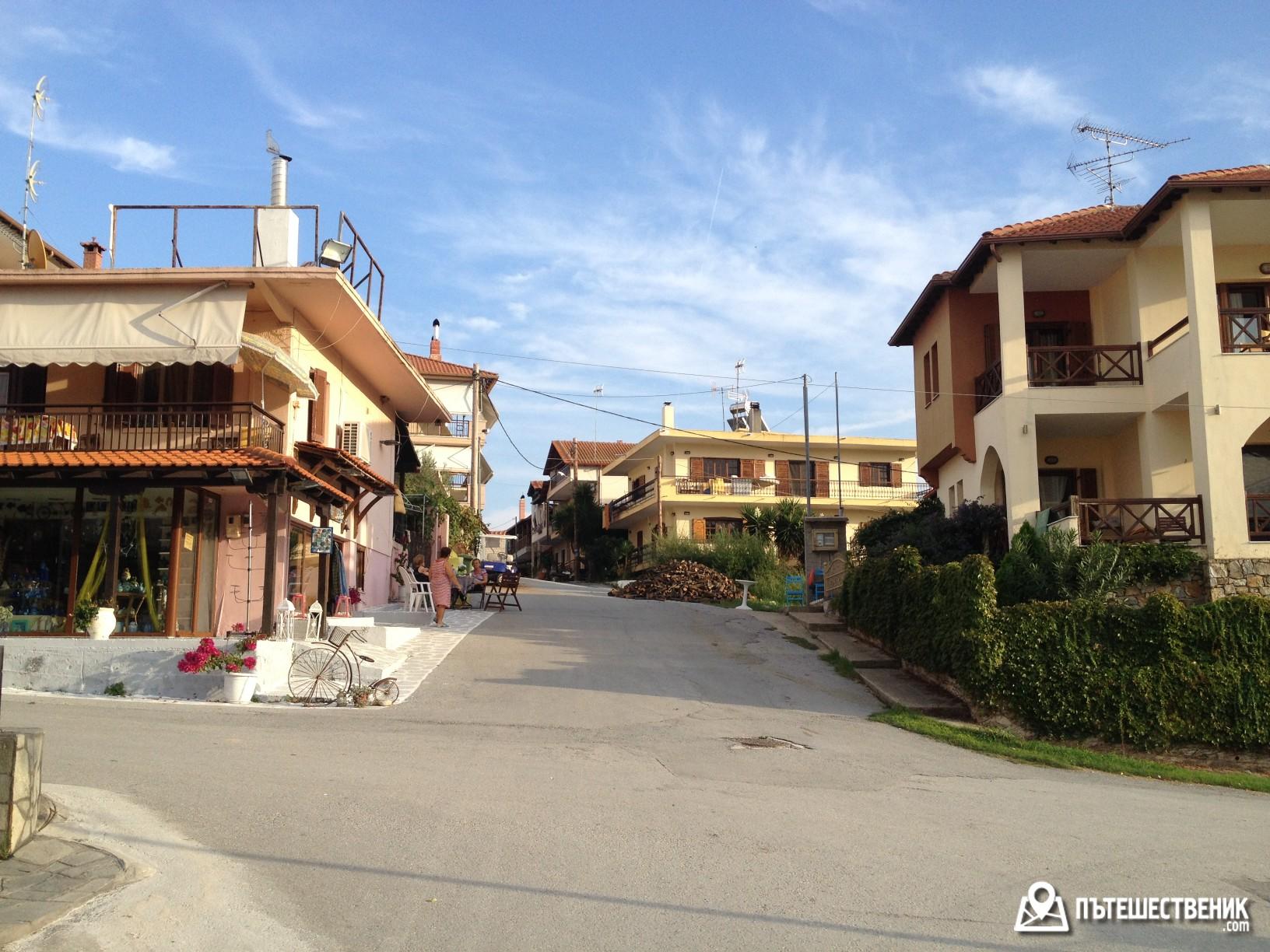 Градчето Амулияни е изключително малко, но пък и това си има предимствата – спокойно е и бързо стигаш от хотела до кръчмата :)