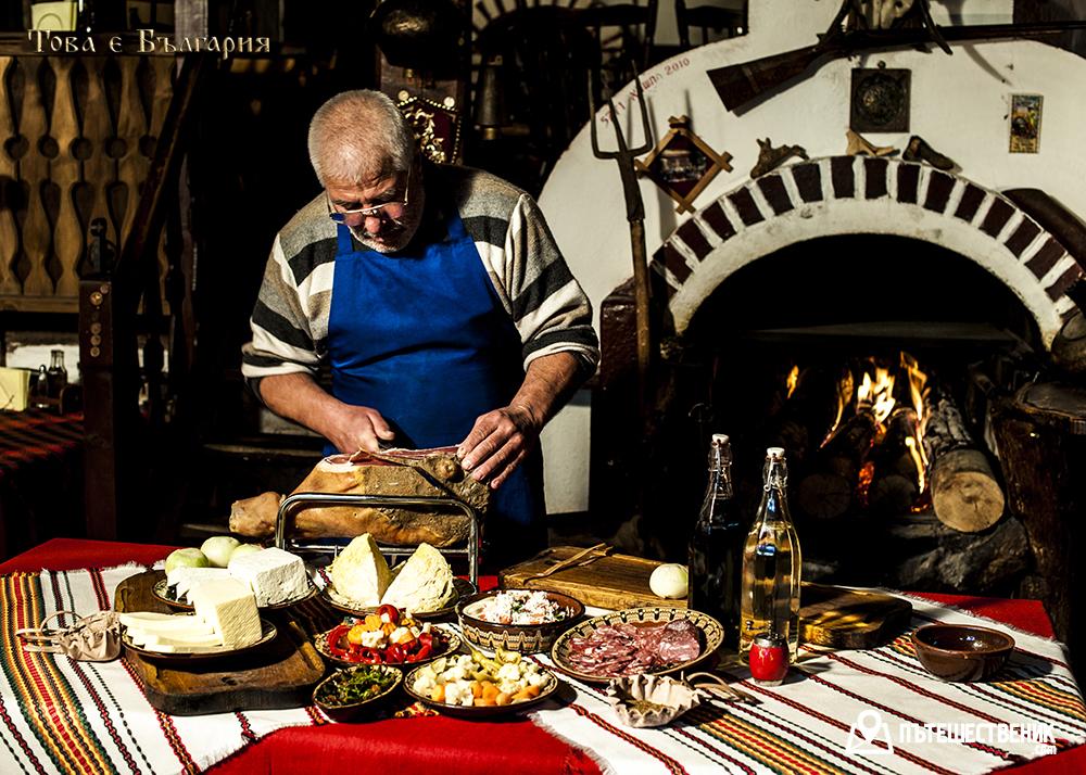 Дедо Пене готви автентични манджи в едноименната механа в Банско