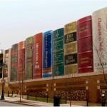 Стена от гигантски книги посреща в американска библиотека