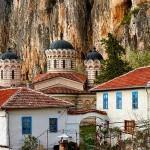 """Непристъпни скали бдят над Патриаршеския манастир """"Света Троица"""""""