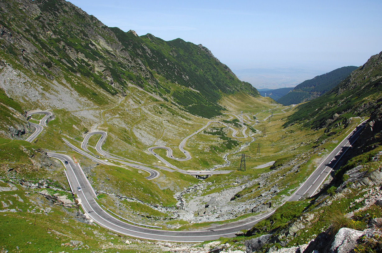 Този почти 100 км път свързва двата най-високи върха в Румъния.