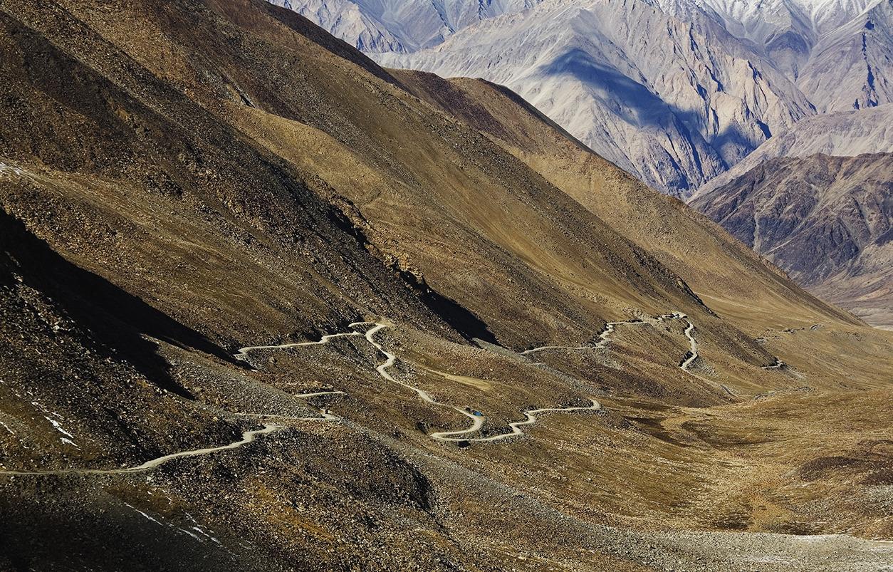 Минаващият през няколко планински вериги на височина над 5100 м път е буквално в облаците!