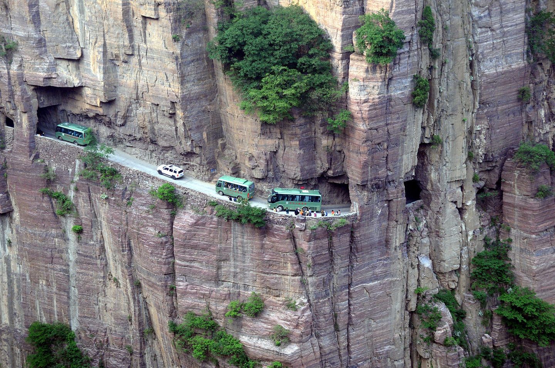 Изсеченият в скалите на планината Тайханг тунел е дълъг 1200 м, висок 5 метра и широк 4 метра.