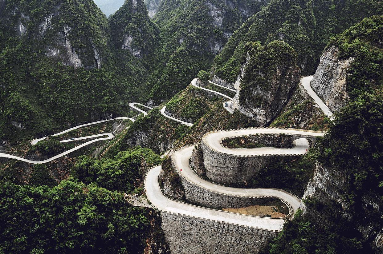 Дългият 11 км път има 99 завоя и води до върха на планината.