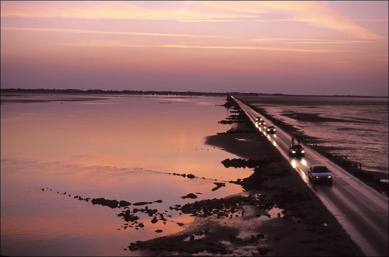 Дългият 4.3 км път свързва остров Noirmoutier със сушата, но е достъпен само няколко часа на ден - в останалото време приливът го залива изцяло.