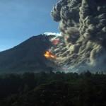 Суматра и изригналият вулкан Синабунг