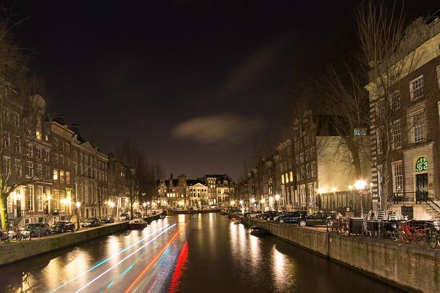 Със своите живописни канали, калдъръмени улички и находчива архитектура Амстердам може да задоволи любопитството и глада дори на най-ненаситния пътешественик или изследовател.