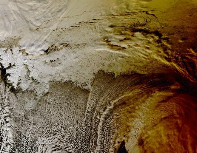 11. Частично слънчево затъмнение хвърля сянка върху облаци над Северния ледовит океан