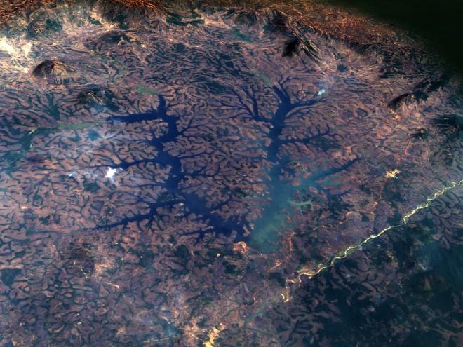 14. Сложни форми покриват територията на езерото Мбакау, Камерун