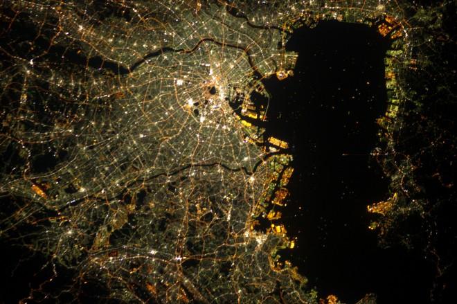 6. Светлините на Токио в контраст с тъмнината на залива