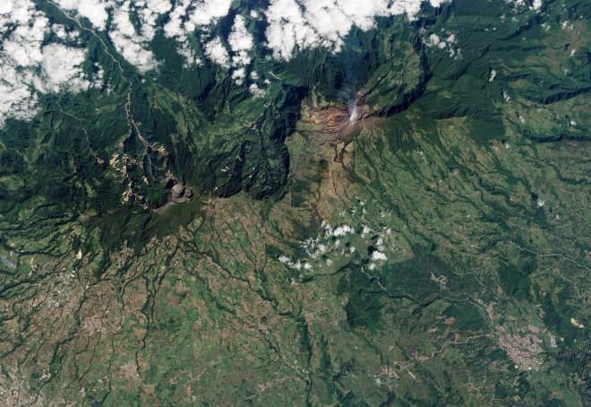 7. Вулканът Туриалба, който дими над Коста Рика