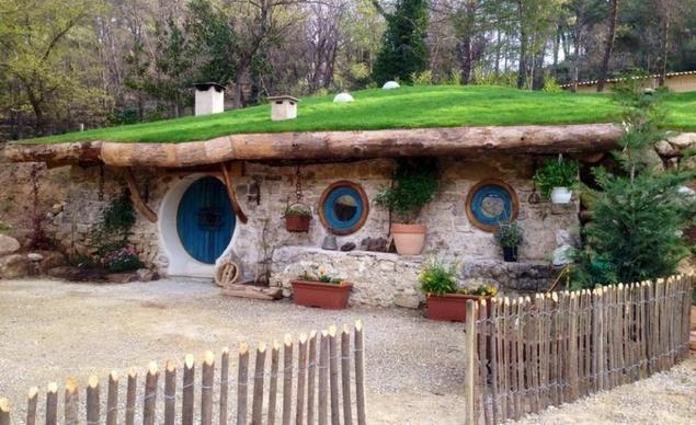 Втората хобитска дестинация е в Южна Франция, на половината път между Марсилия и Ница. В тази страхотна къщичка могат да се настанят пет човека.
