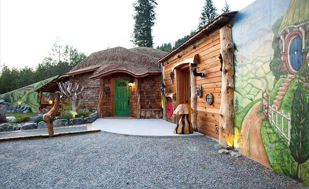 Следващото местенце е известно като Графство Монтана. Този построен в стила на Толкин дом е изключително популярен, затова и нощувката е по-скъпа – но пък си заслужава!