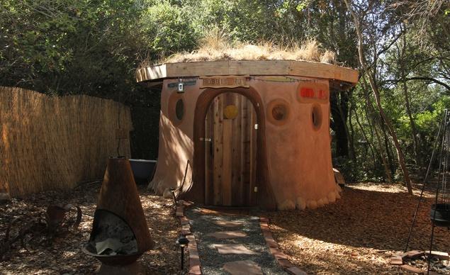 Уникална глинена хобитска къщичка с тревен покрив в Калифорния, построена в унисон с околната среда, която ви дава възможност да се насладите на наистина различна екзотична почивка.