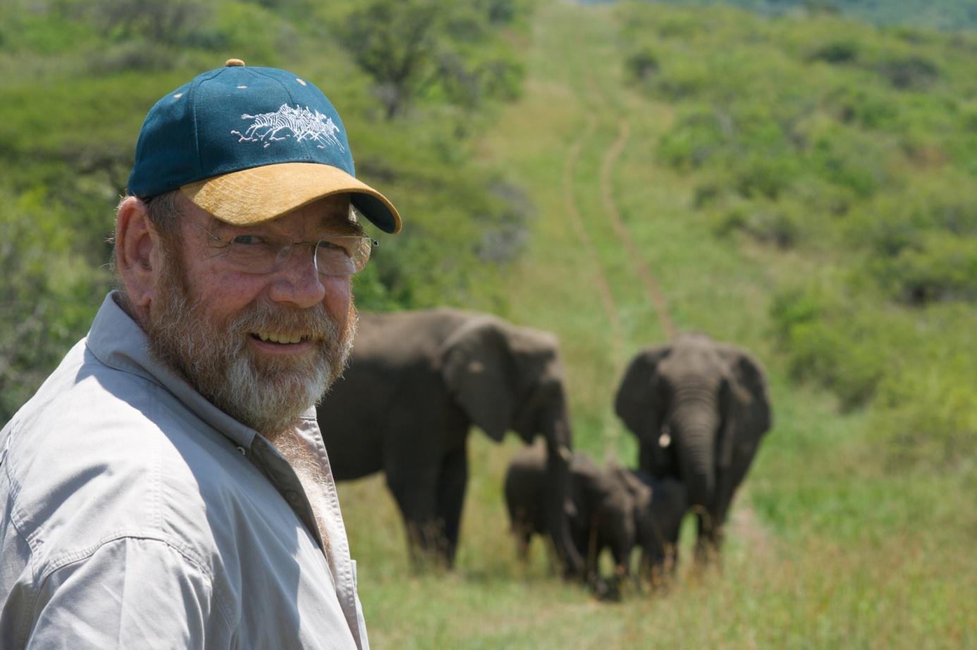 Историята как Антъни спасява слоновете и се сприятелява с тях, като преобръща негативната им нагласа към хората и печели доверието им, е едновременно трогателна и обнадеждаваща. Животът в един резерват не е лесен, особено когато в него има слонове, но ентусиазмът на Антъни и любовта и уважението му към природата се усещат през всички страшни, тъжни или забавни истории, които разказва. Този живот със слоновете е истинско чудо.