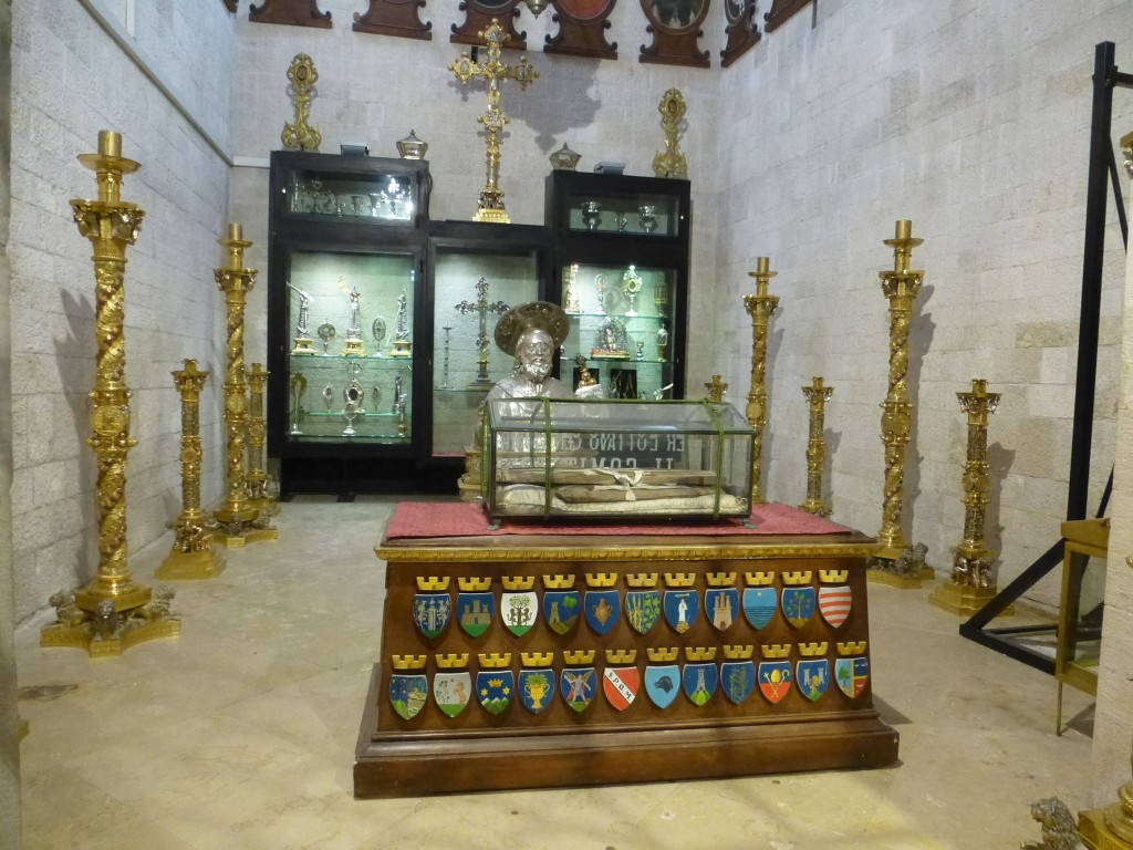 Веднага в дясно от входа на катедралата е малко помещение с голямо