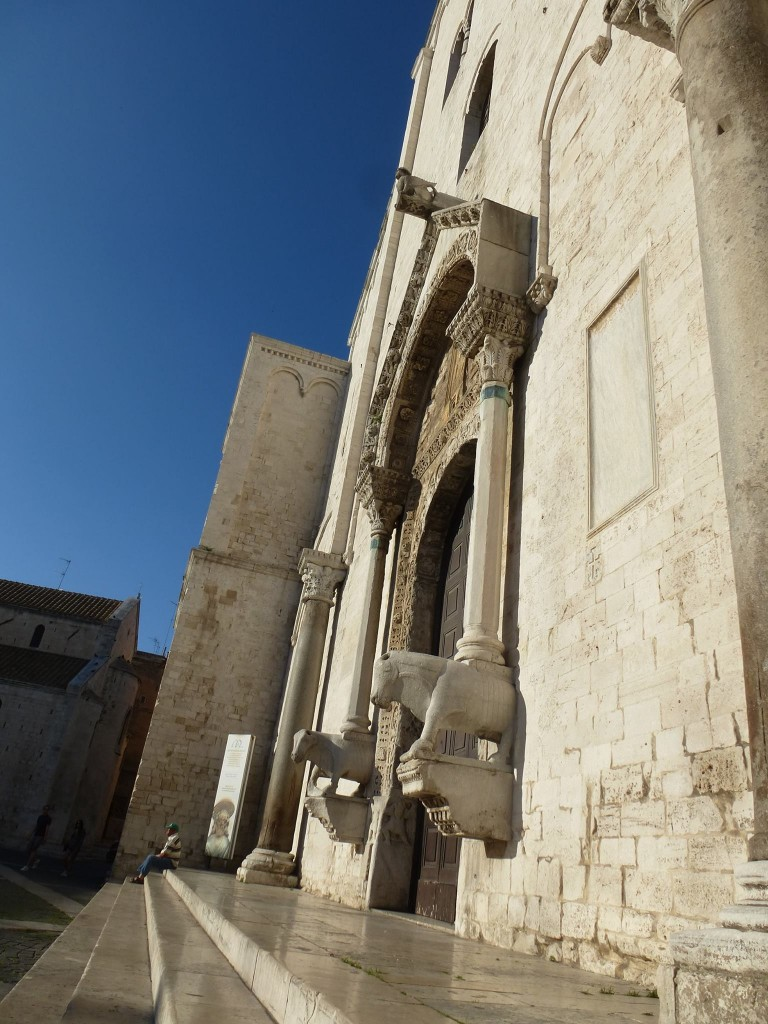 Входът на катедралата късно след обяд.
