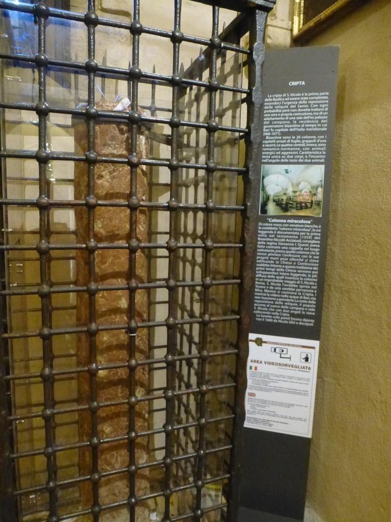 Колоната от Мир в криптата на св.Николай. Казват, че помага за сбъдване на желанията.