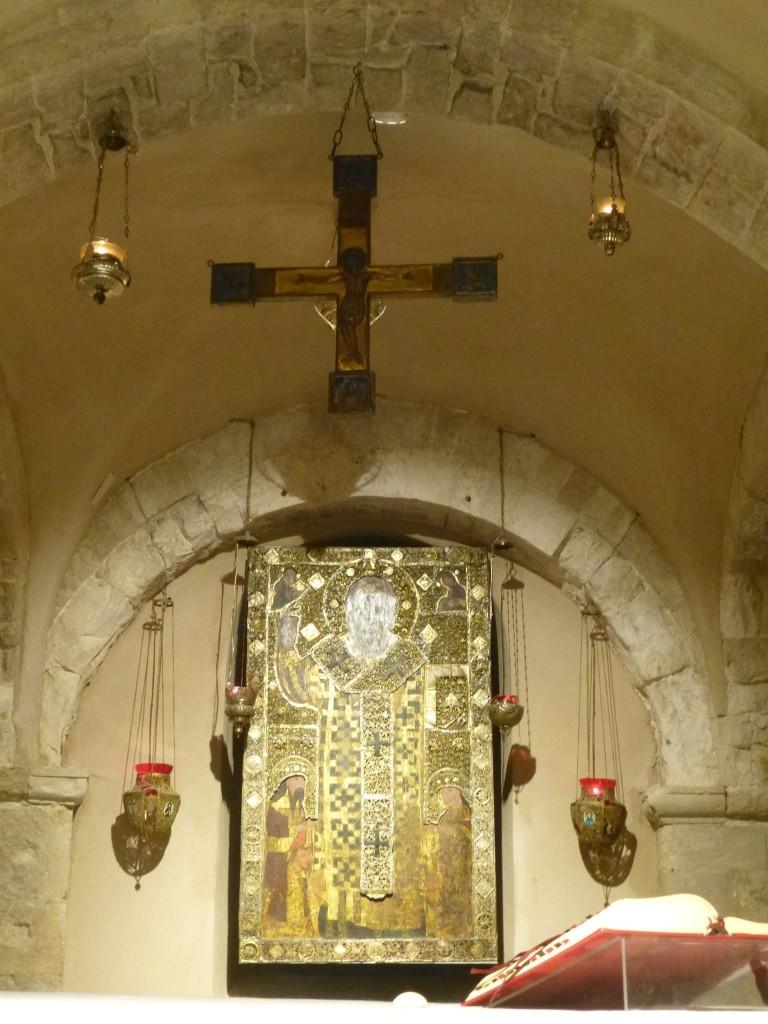 Православната част в ляво веднага над мощите