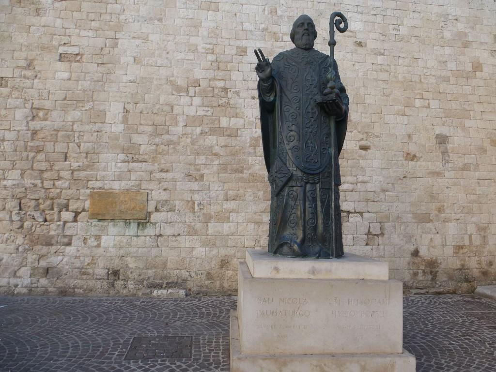 Статуята, подарена от Путин. Пред краката на св. Николай има каменна плоча с надпис за какво се отнася и от кого е.