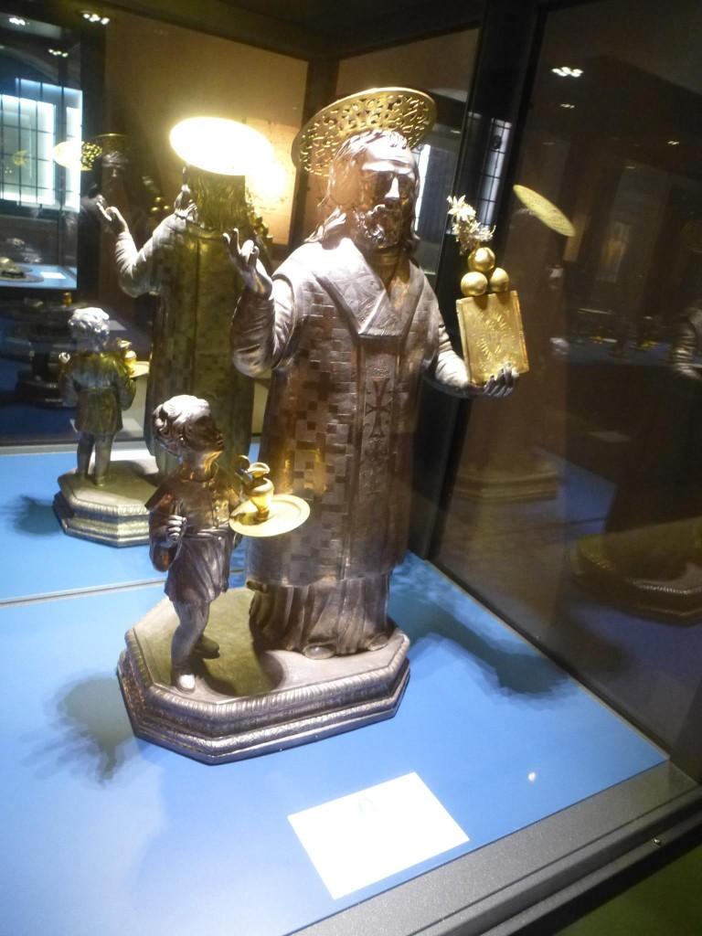 Трите портокала в лявата ръка на св.Николай са един от неговите символи и изобразяват трите девици, чиято чест е спасил