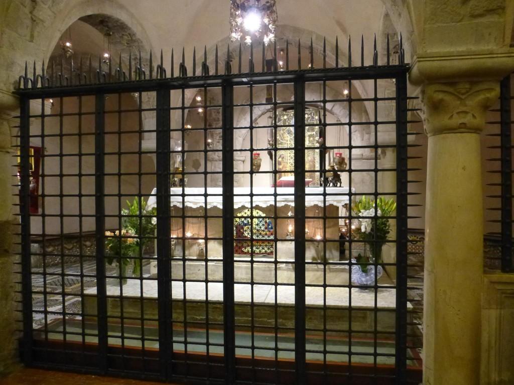 Тук почива св.Николай. Извършват и литургии вътре, но влизат само свещениците - и католици, и православни.