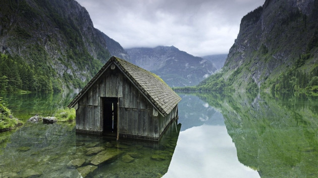 05-Fishing-hut-on-a-lake-in-Germany-630x354